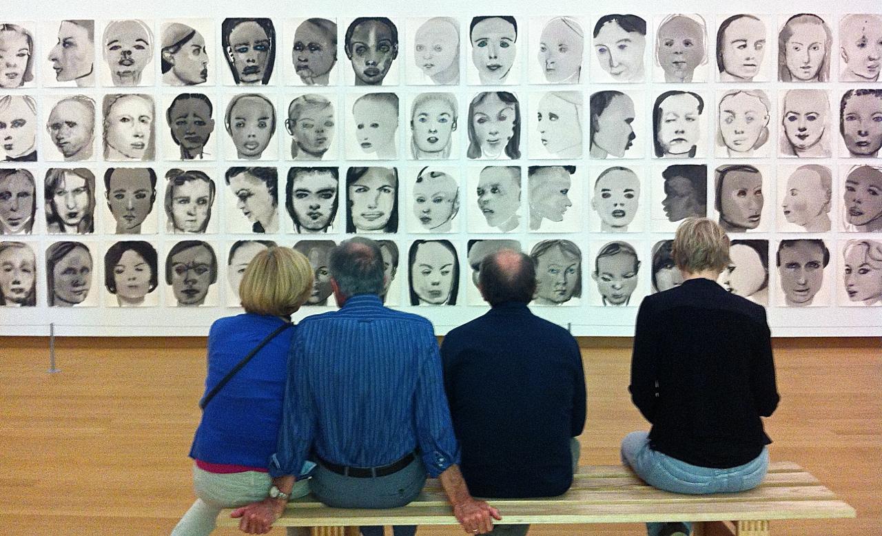 Geleitet werden: Menschen in einer Ausstellung