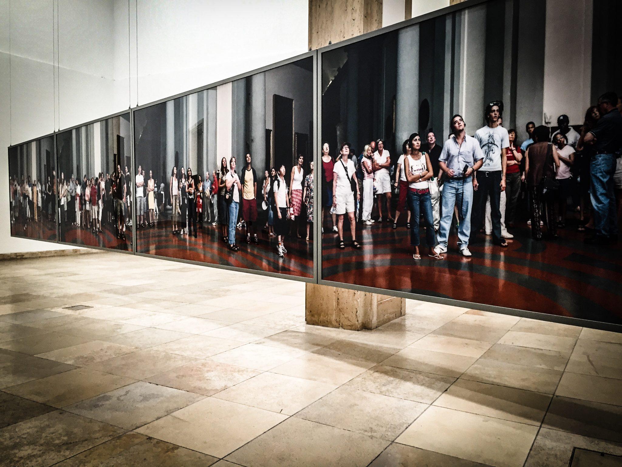 Distanz und Nähe, Ansehen und angesehen werden. Foto von Thomas Struth im Haus der Kunst, München