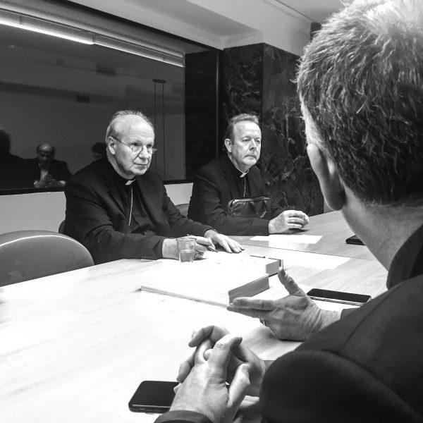 Vorbereitung auf eine Pressekonferenz, mit Kardinal Schönborn und Erzbischof Martin