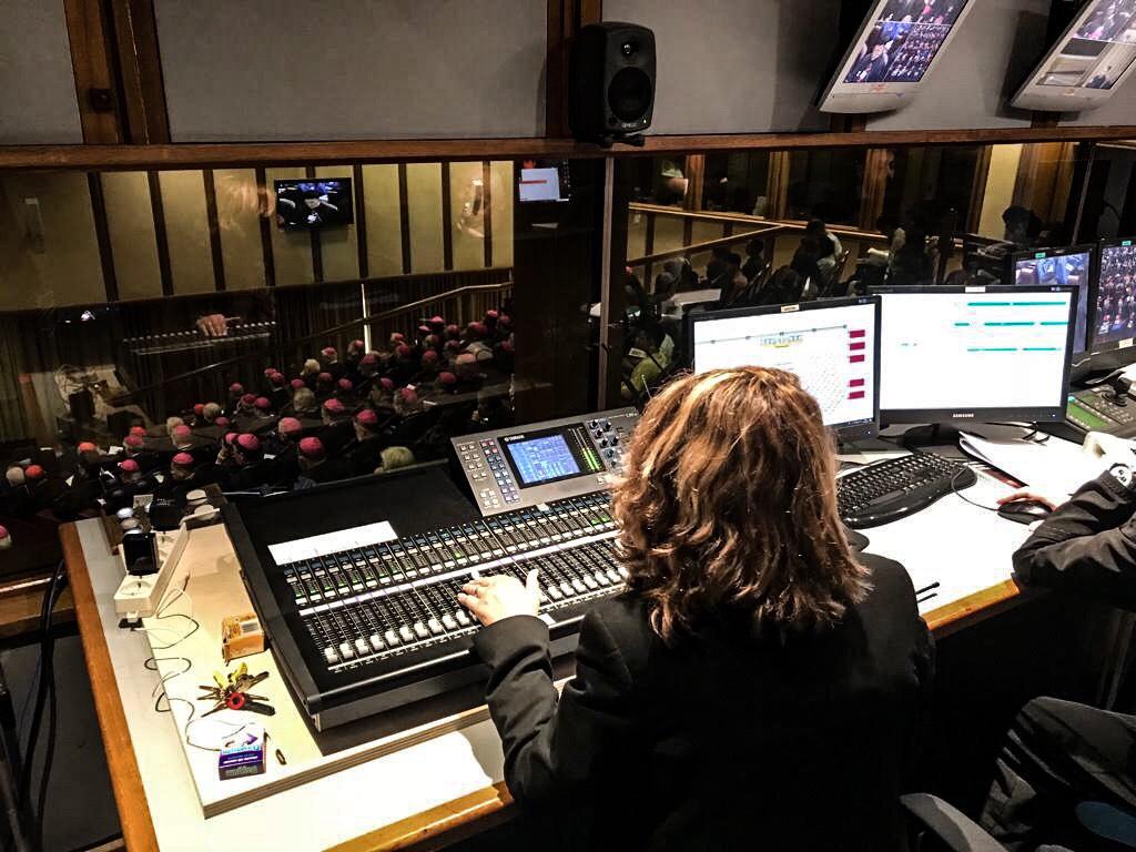 Über die Schulter der Technik: Blick in die Synodenaula