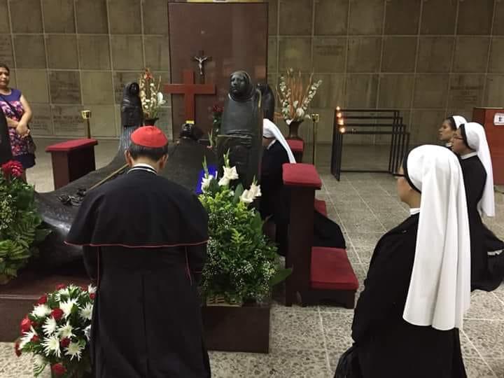 Kardinal Gregorio Rosa Chavez betet am Grab seines Ziehvaters Oscar Romero