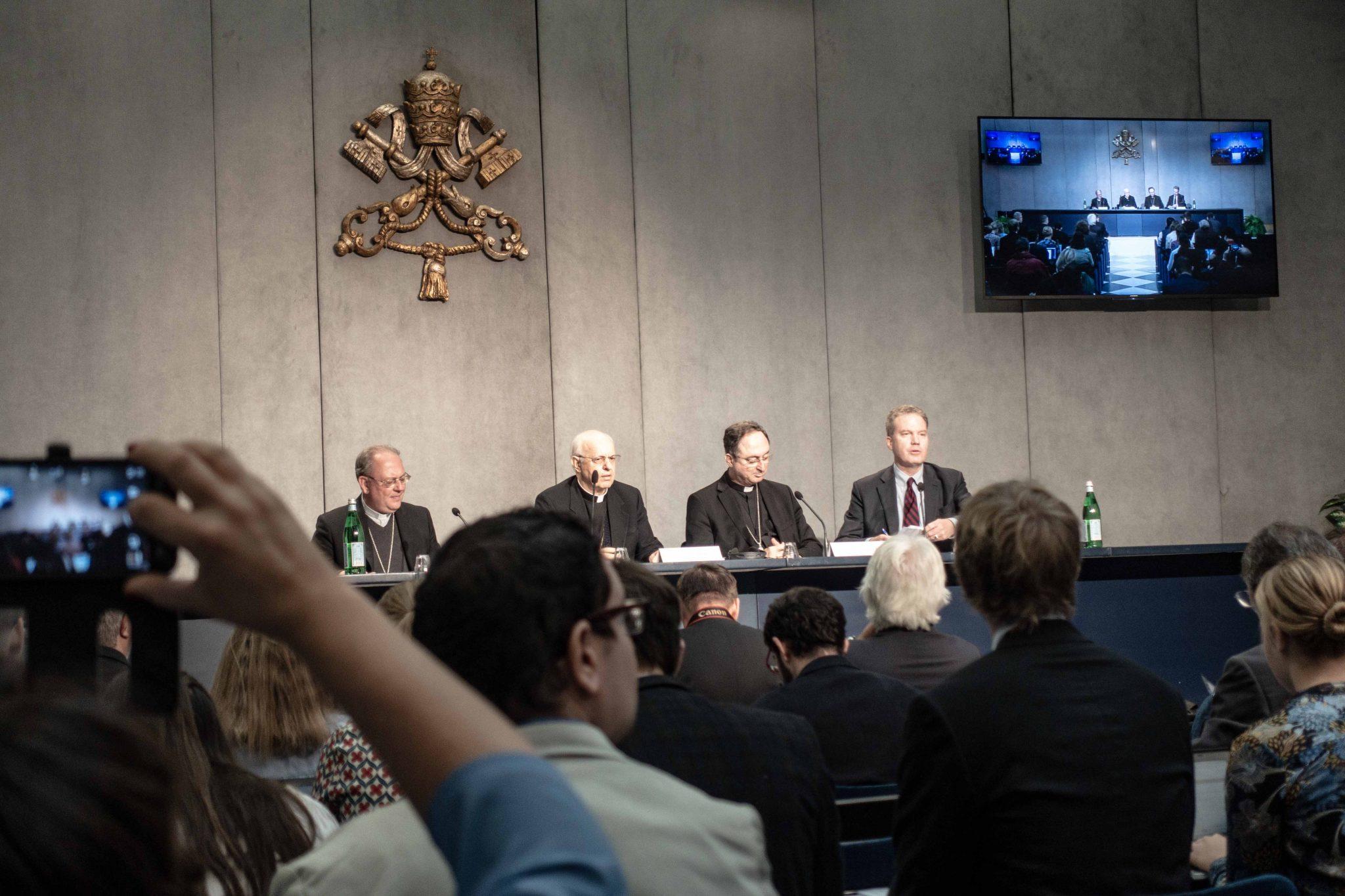 Bischof Fabene, Kardinal Baldisseri, Kardinal La Rocha und Pressesprecher Greg Burke, von Links