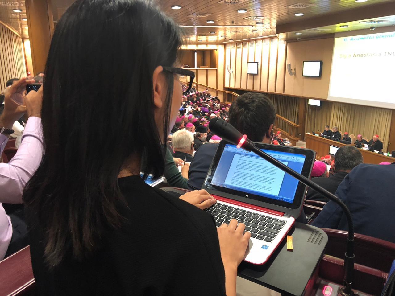 Eine der jungen Teilnehmerinnen bei ihrem Beitrag während der Synode