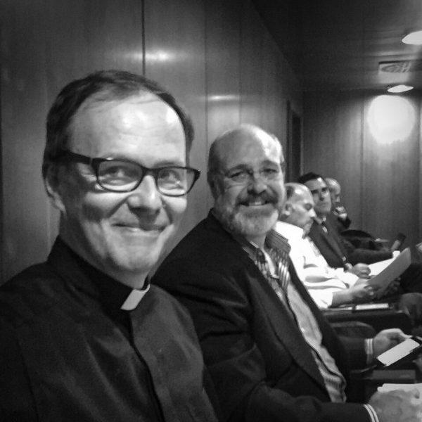 Der Autor dieser Zeilen mit dem brasilianischen Kollegen im Pressebalkon der Synodenaula