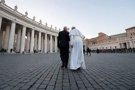 Autorität Kirche und Gehorsam: Papst Franziskus im Gespräch auf dem Petersplatz