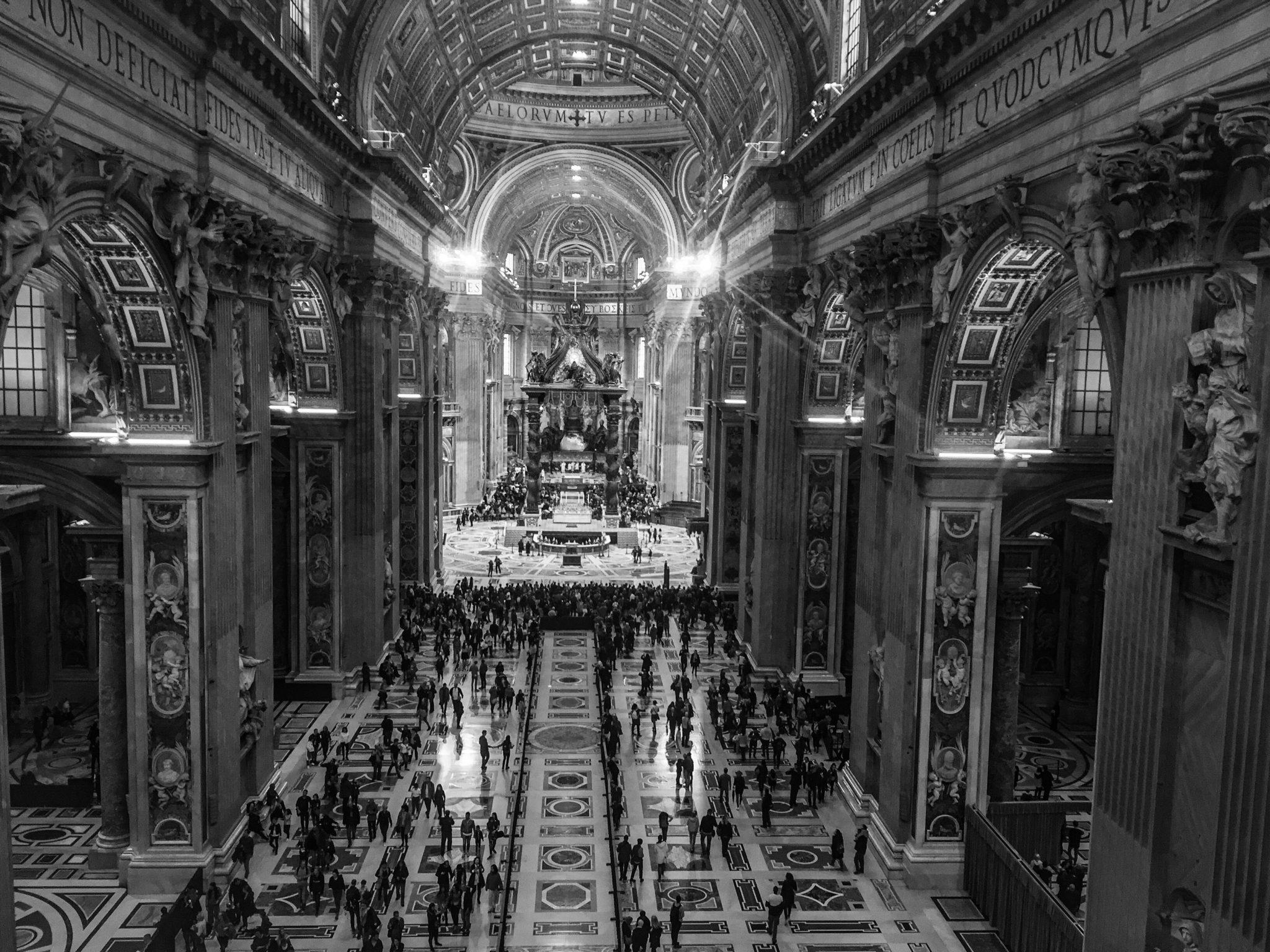Arbeiten in Vatikan und Petersdom: Blick von oben in Sankt Peter hinein