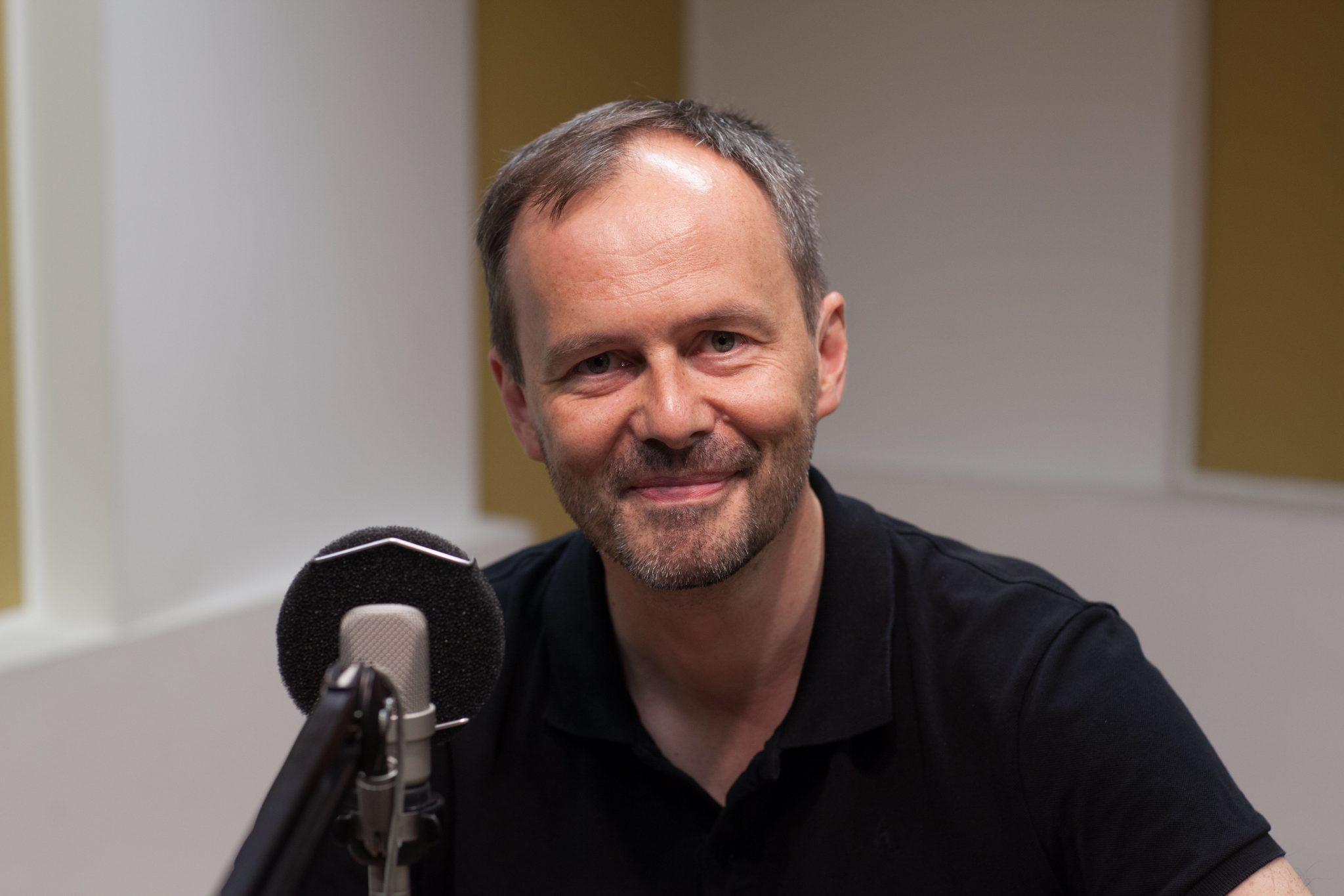 Pater Bernd Hagenkord im Studio mit dem lieblings-Arbeitsgerät, dem Mikro