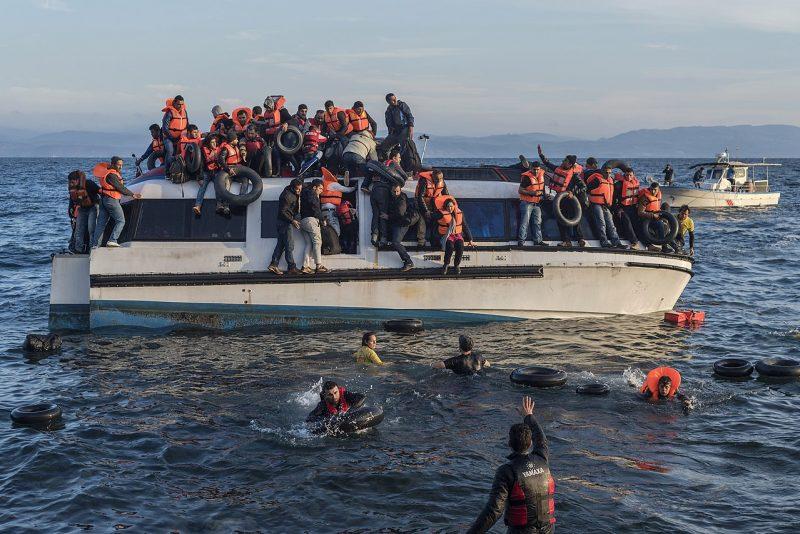 Flucht und Schiff: Syrer auf einem Boot auf dem Weg nach Europa
