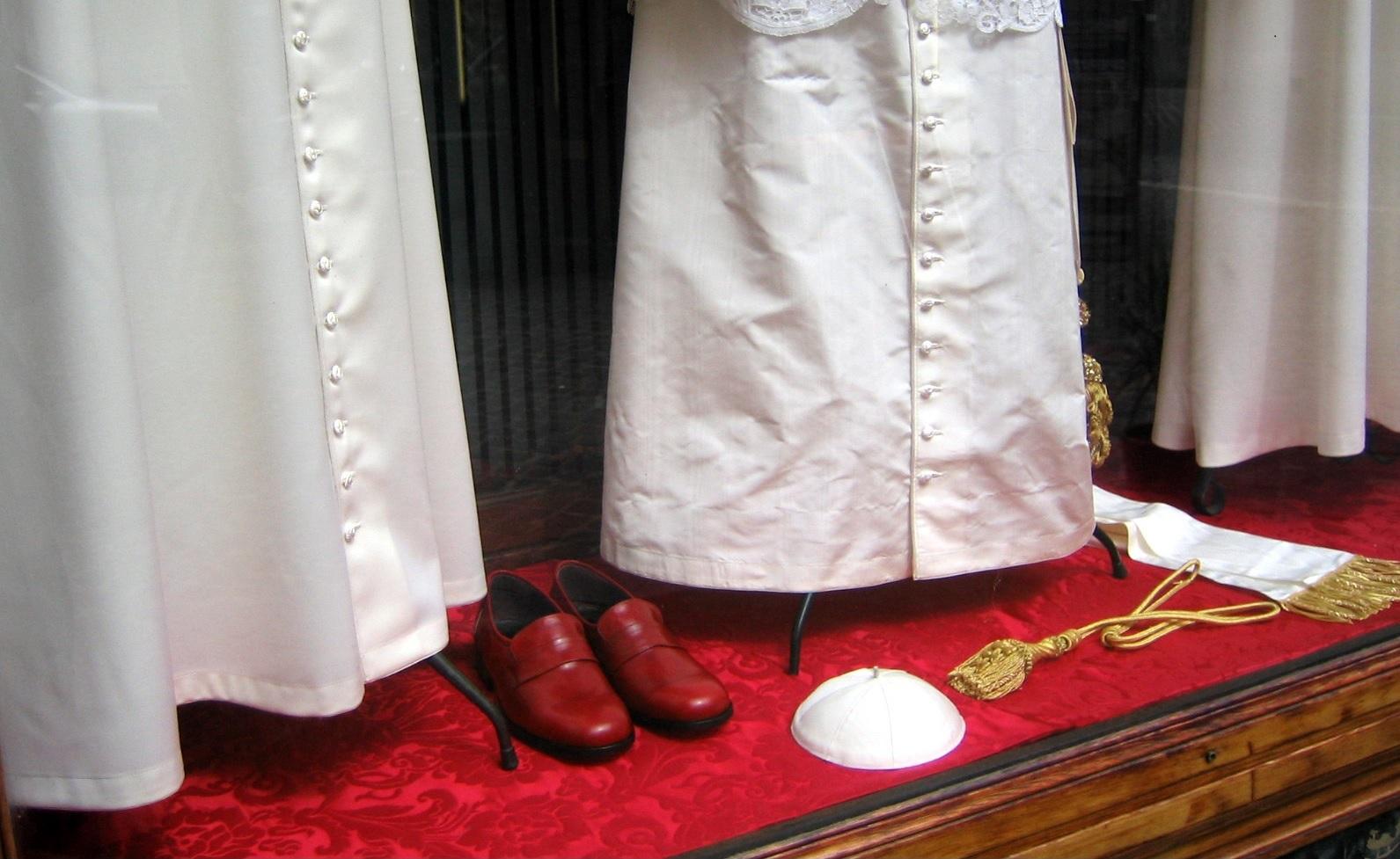 Geschichte durch Symbole: Franziskus rote Schuhe derPaterBlog